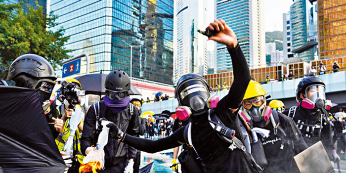 蒙面暴徒卷土重来 港人到香港高院抗议:人神共愤