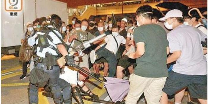 香港防暴警证实:示威女生成为同伙猎艳目标