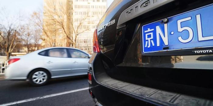"""为了一个北京车牌 50岁大妈和35岁小伙""""结婚""""了"""