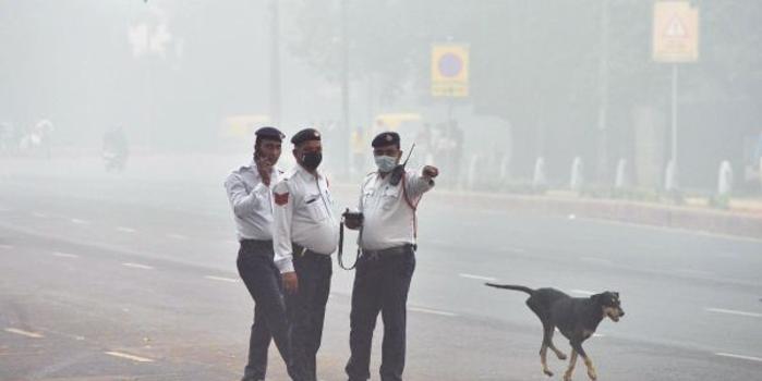 """英媒:印度首都遭霧霾封鎖 宛如""""毒氣室"""""""