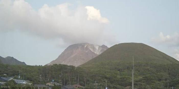 日本薩摩硫磺島火山噴發 火山口不遠常有游客