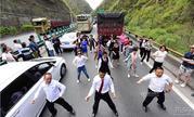高速堵车乘客下车尬舞 网友:人类已经无法阻止广场舞了