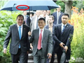 瑞典首相造访阿里总部,马云为其打伞,特供伞?