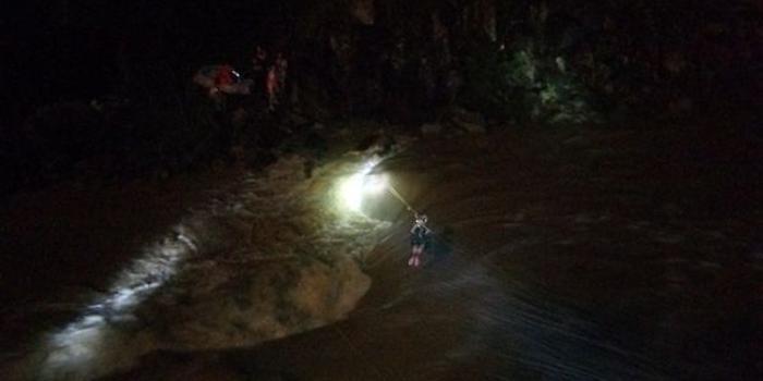 海南五指山:中秋漂流遭遇暴雨 24名被困游客成功获救