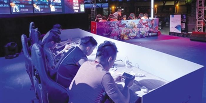 2017年4月29日傍晚,绍兴某购物中心外,正在举行一场王者荣耀手游比赛。 图/视觉中国