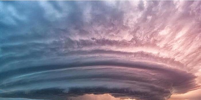 摄影师拍雷暴云 壮观似原子弹爆炸