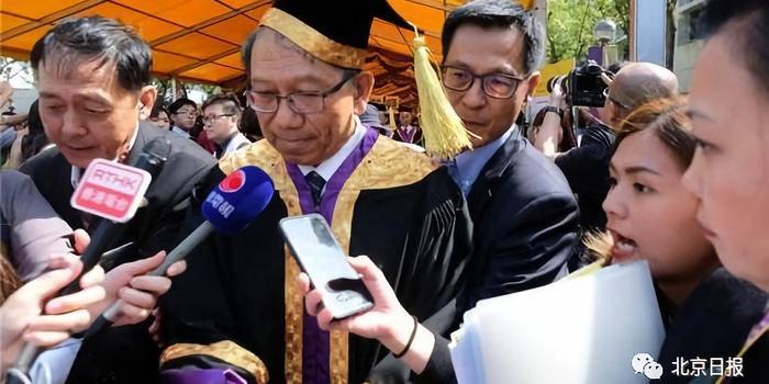 北京日报:@港中大@港科大 这才是毕业正确的姿势