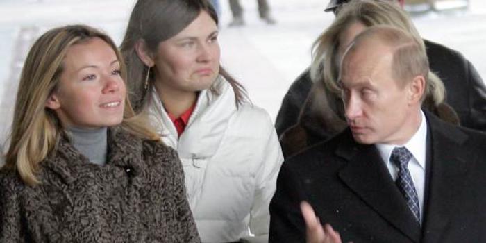 俄媒曝普京曾在着火的房子中出救女儿