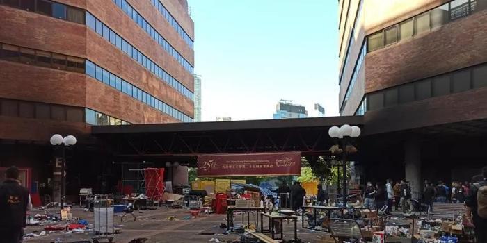 香港警方和消防部門進入理工大 處理危險品消除隱患