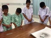 泰国获救少年足球队集体追悼牺牲潜水员(图)