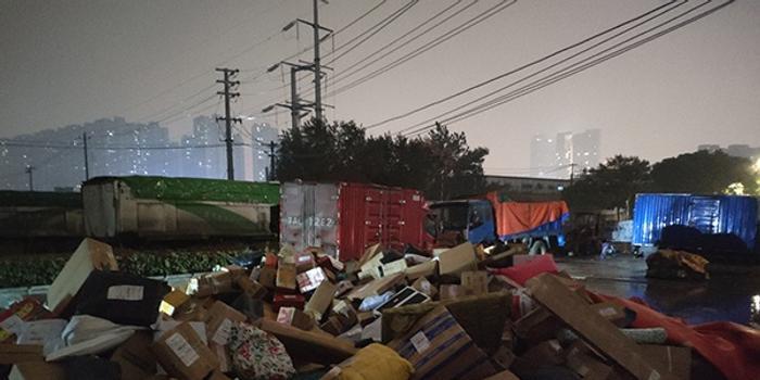 百世快递南京一站点千余包裹堆放工地泡水:罚款七千