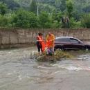安徽六安:和尚開車帶女子掉進河裏被警察解救