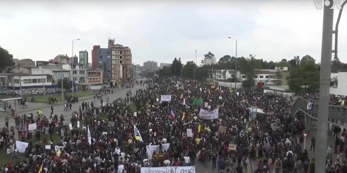 哥伦比亚爆发抗议活动 20万人游行反对总统新政