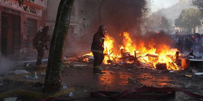 智利骚乱蔓延:示威者火烧酒店 攻击阿根廷使馆