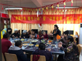 10多名志愿者烹制大餐,20多名高龄老人被请到社区品尝