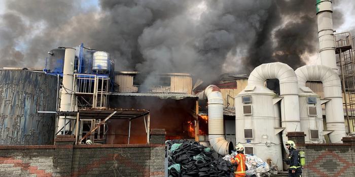 台湾一橡胶厂失火 刺鼻黑烟冲天35辆消防车出动
