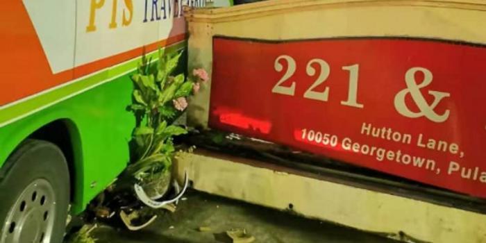 马来西亚载20名中国游客巴士失控撞墙 华裔司机死亡