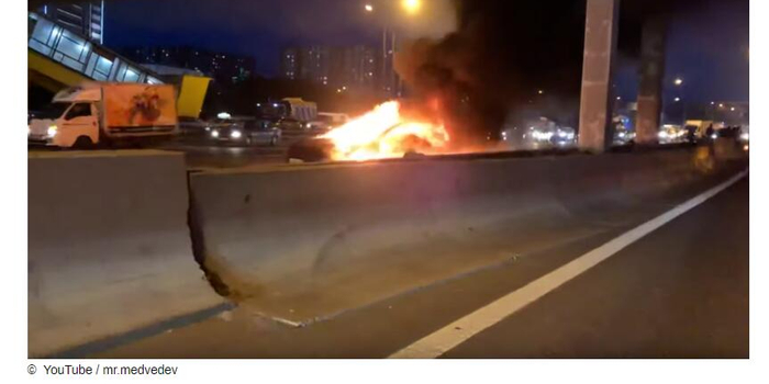 自動駕駛的特斯拉在俄追尾 爆炸后燃燒乘客重傷