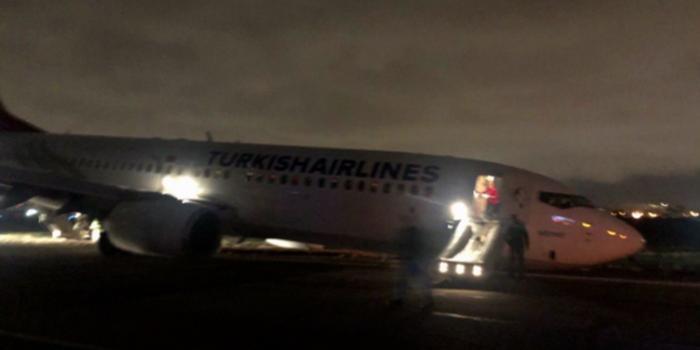 波音737客机在乌克兰硬着陆:起落架断裂 机头朝下
