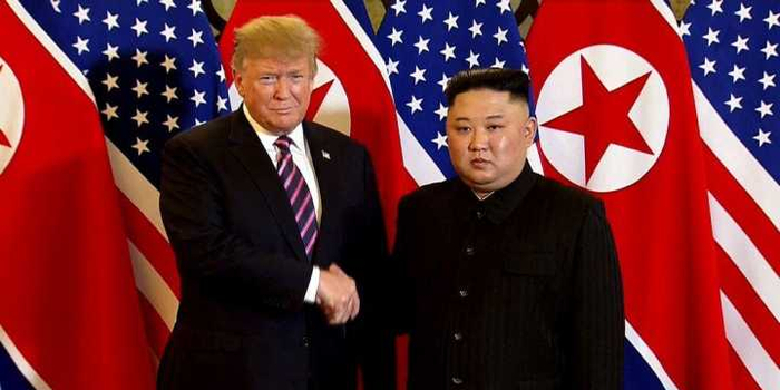 韩媒:金正恩和特朗普握手9秒 表情略显紧张