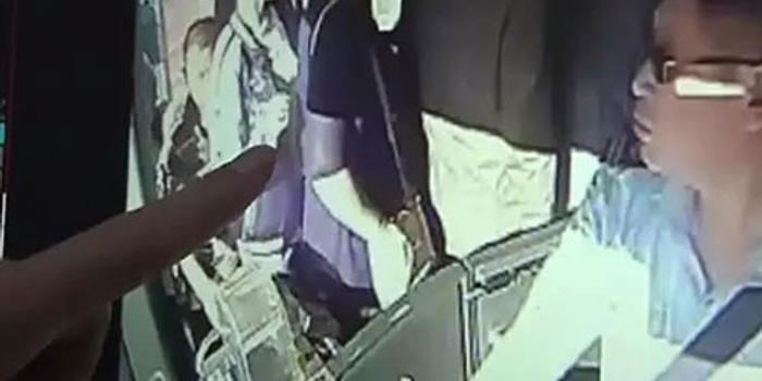 公交车地上突然出现几百元 民警发现事情不简单