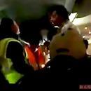男子嫌太热欲开应急门 飞机起飞30分钟后被迫返航