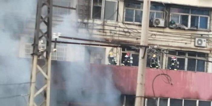 安徽蚌埠火车站附近起火 救出21人1人逃生时受伤