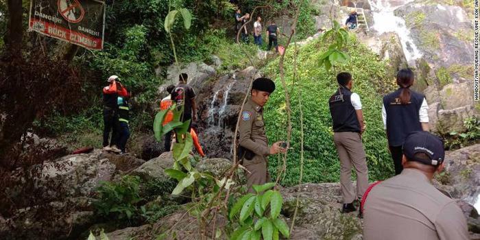 法国游客在泰国一处瀑布前自拍 不慎滑落身亡