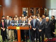 """何君尧遇袭受伤 香港各界呼吁""""一定要与暴力割席"""""""