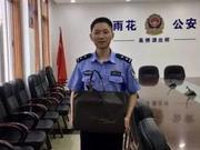 民警赤脚狂奔三公里抓传销分子 网友:众筹给他买鞋