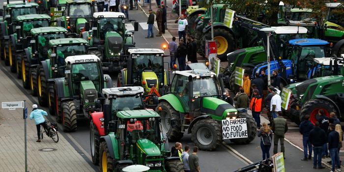 德国农民将拖拉机开进市区 抗议新环境法规