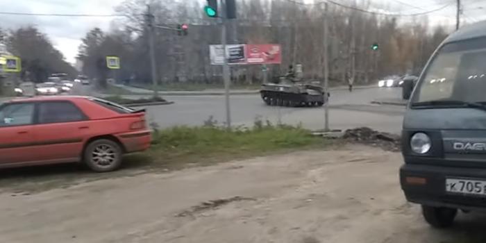 俄空降战车闯红灯撞上轿车 军方回应刹车失灵(图)