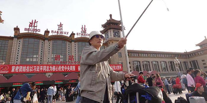 旅客在北京站前留影 國慶客流開始返程(圖)