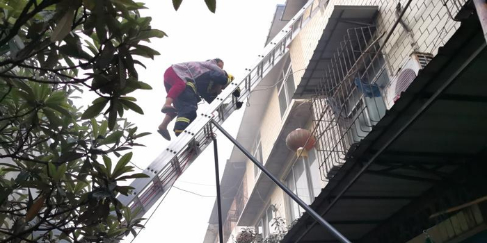 四川资阳民房突发火灾 消防员10米高空背下被困者