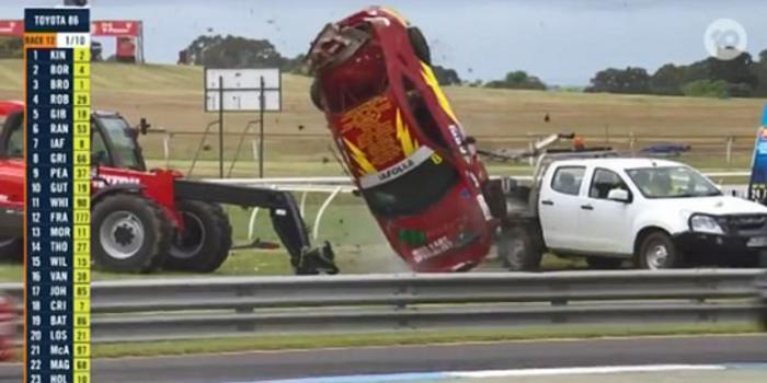 奇迹 赛车途中突发撞车事故翻滚数圈车主毫发无伤