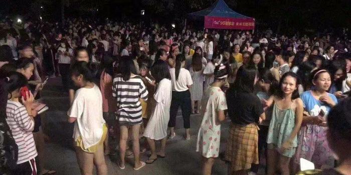 广西北流5.2级地震:陆川县城群众穿睡衣广场避险
