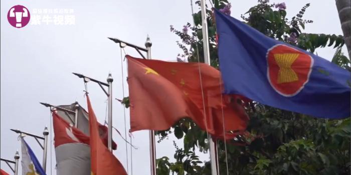 中国小伙国外游见国旗破损 交涉后换上崭新国旗