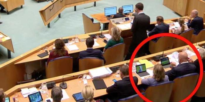 尷尬:荷蘭首相發言時身后倆部長被拍到偷看球賽