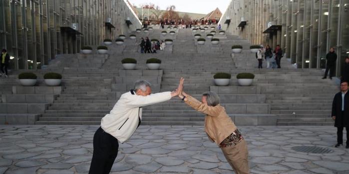 李显龙夫妇访问韩国秀恩爱 摆出凯旋门造型(图)