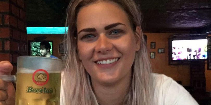英国28岁女子搭火车时头伸出窗外 不慎撞树身亡