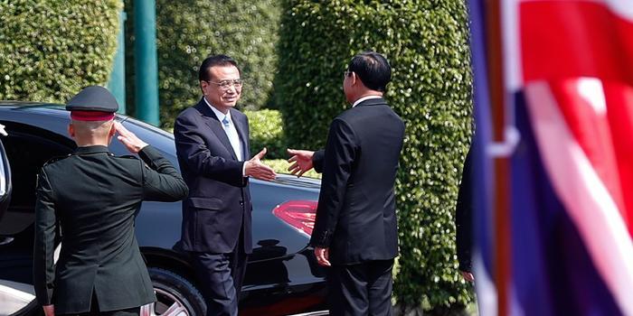 泰国总理举行隆重仪式欢迎李克强(图)