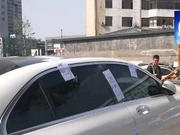 """视频:""""失控奔驰车""""被封存  事件原因仍待查"""