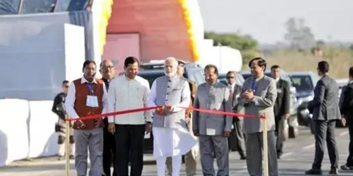 印度最长铁路桥耗时16年通车 距中印边界20多公里