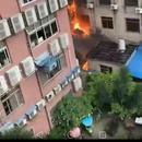 四川射洪一座大樓失火:火苗從底層蔓延到樓頂(圖)