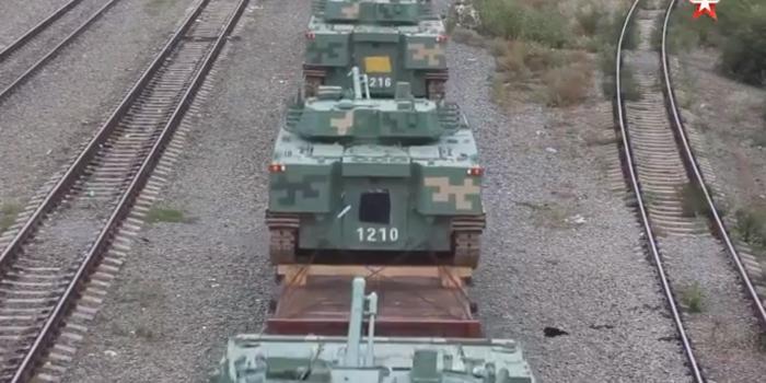 我军重型合成旅抵俄参加军演 装备96A坦克及04A战车
