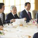 日本皇宮舉行年終午宴 安倍晉三與天皇同席(圖)