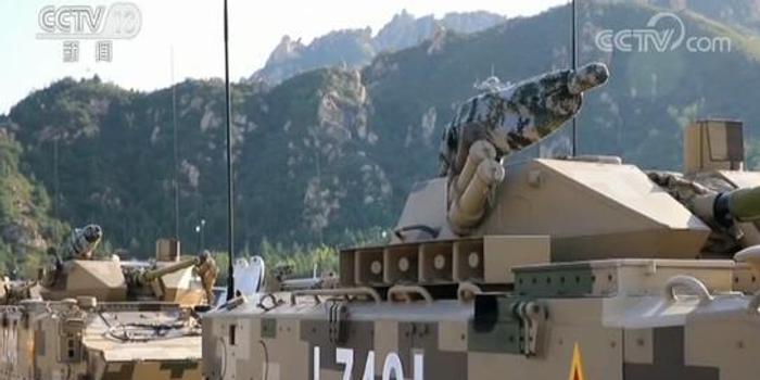 国庆阅兵时 战车方队里有面布满381个弹孔的战旗