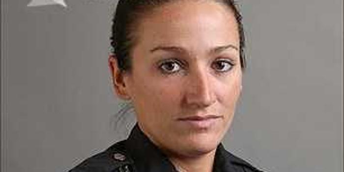 警察缉拿嫌犯遭其家中狗偷袭 误开枪击中女搭档