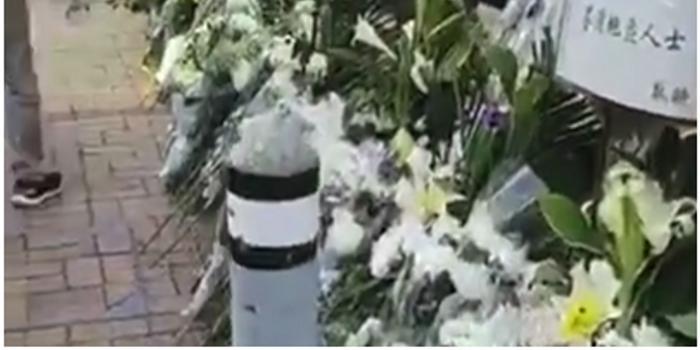 被暴徒扔砖砸中老人离世 香港工联会会长献花悼念
