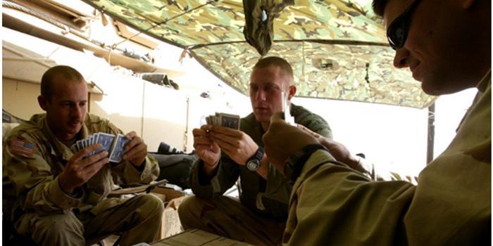 美军游戏扑克牌上新:把中俄伊朗武器装备印上了